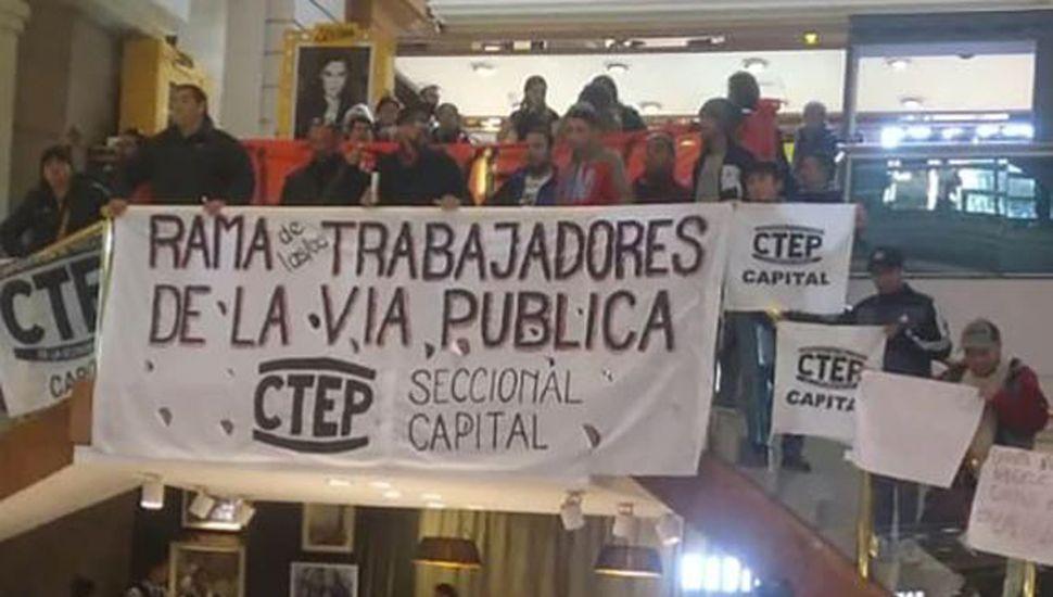 Militantes de Grabois de protesta en shoppings