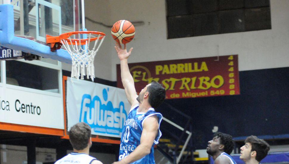 Juan Cangelosi en un intento por convertir para Argentino en el primer cuarto.