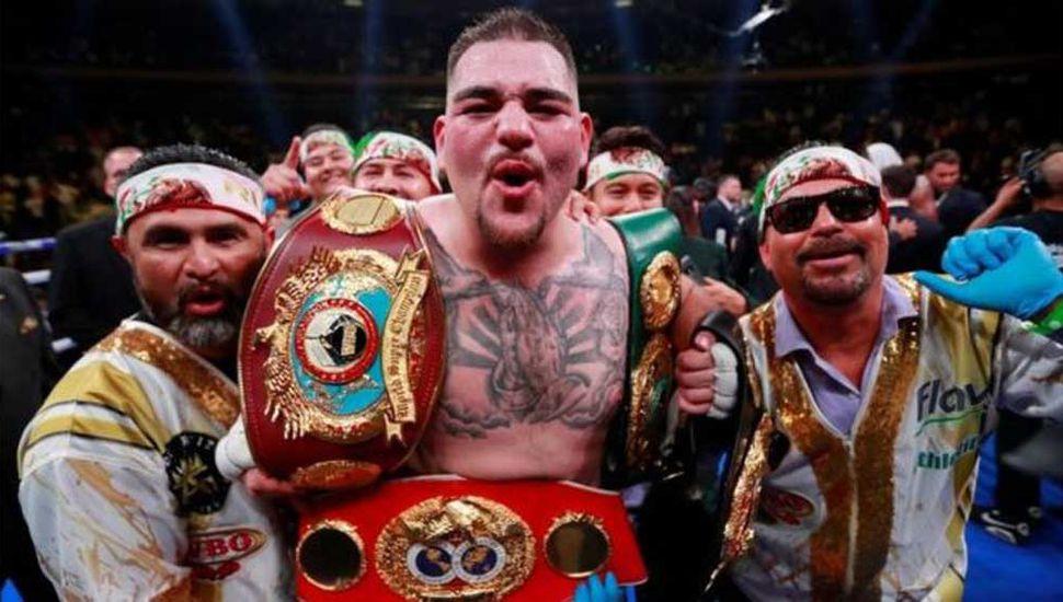 El boxeador estadounidense/mexicano Andy Ruiz festeja con sus entrenadores el notable triunfo ante el británico Anthony Joshua.