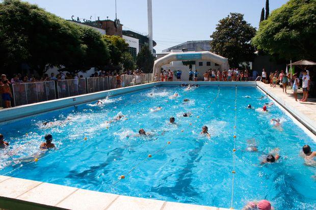 Más de 250 chicos participaron del primer  encuentro de natación en el Club Sarmiento