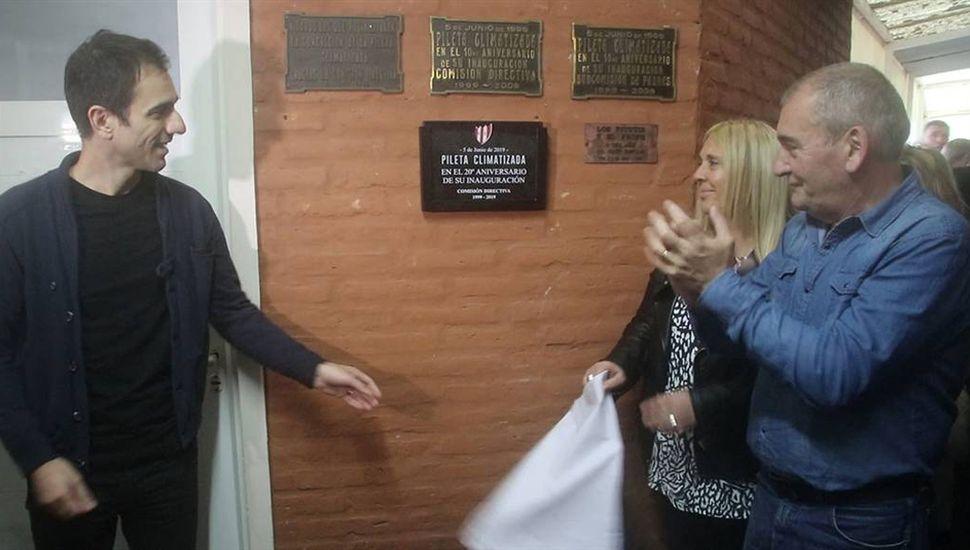 El intendente Petrecca, Adriana Summa y el ex directivo del Club Junín, Rubén Darío Cacheiro, al descubrir la placa recordatoria.