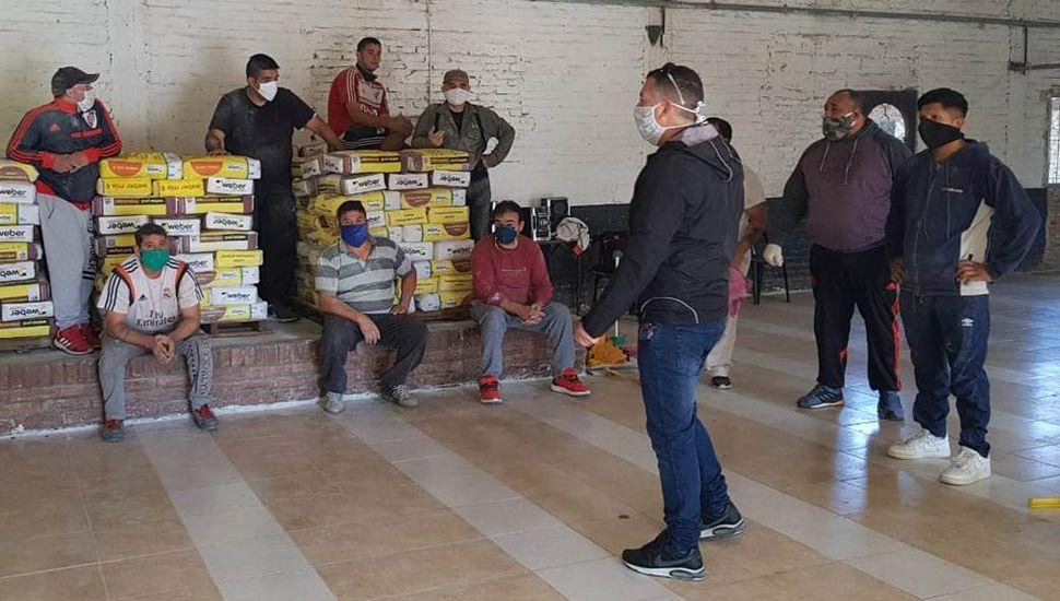 La entrega de materiales, hace unas semanas, con todas las medidas de seguridad, en la sociedad de fomento del barrio La Rotonda.
