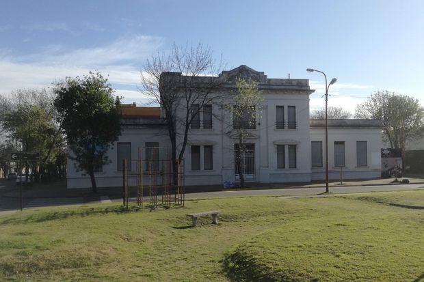 La Escuela N°19, ubicada enfrente del cementerio, es una de las instituciones trascendentes del barrio El Molino.
