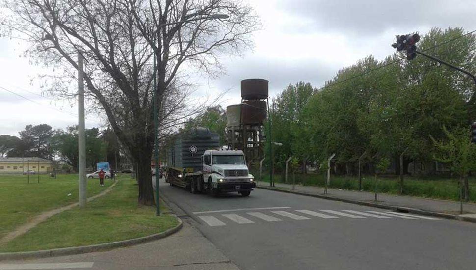 Rodríguez compartió una foto de los camiones transportando los vagones.