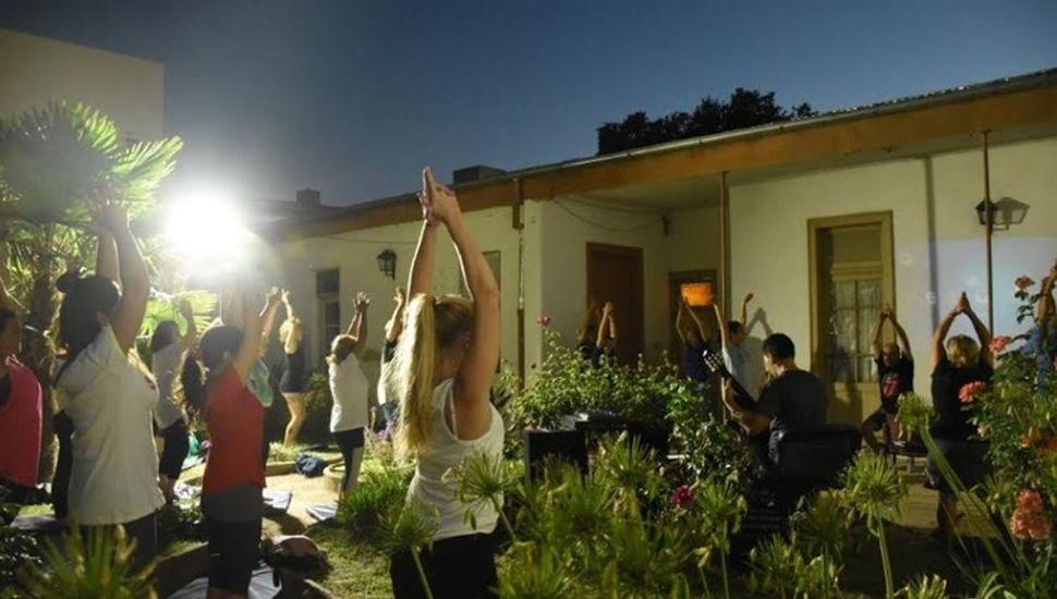 Se realizó una clase de yoga al aire libre con música en vivo