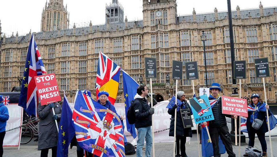Manifestantes se agrupan frente al Parlamento británico.