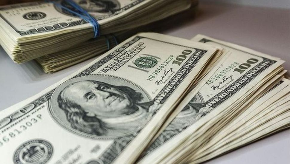 El dólar blue trepa a $136 y el Riesgo País vuelve a subir