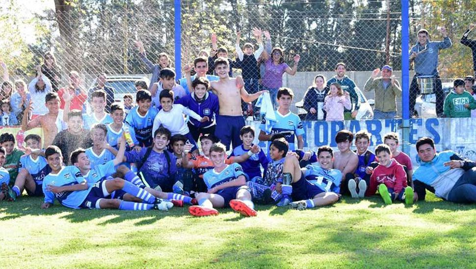 Tras derrotar a Pintense en final polémico, festejó el plantel de octava de Argentino de Lincoln, campeón junto a Deportivo Pinto.