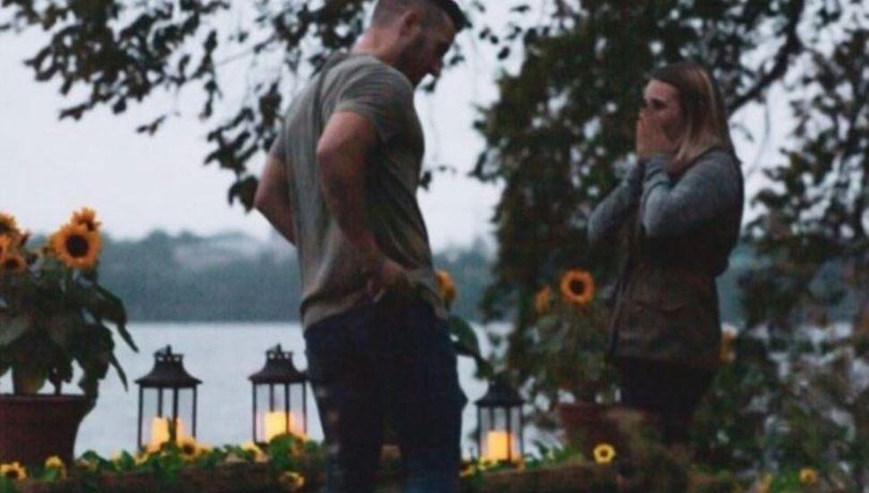 La joven que se disfrazó de arbusto para sacar la foto del momento en el que proponen matrimonio a su hermana