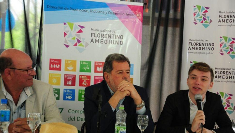 Mateo Salvatto, junto al ministro Elustondo y al intendente Tellechea.