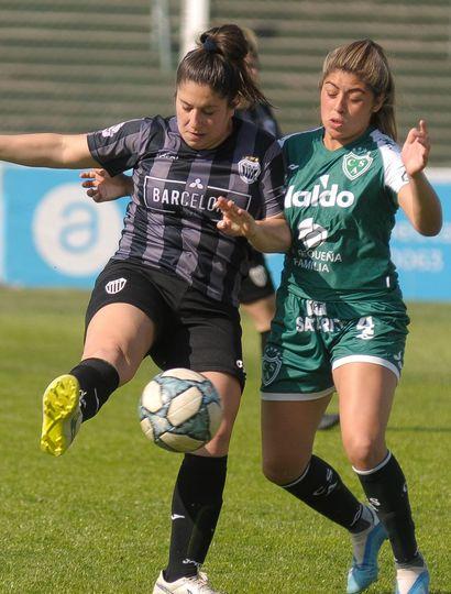 Ayelén Silva (N° 4), defensora de Sarmiento, marca a una delantera de Estudiantes de Buenos Aires.