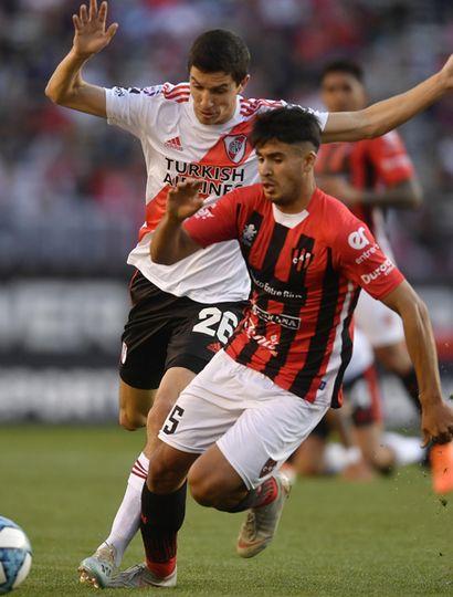 """Ignacio Fernández marca a un jugador de Patronato. River Plate se impuso 2 a 0 en el """"Monumental""""."""