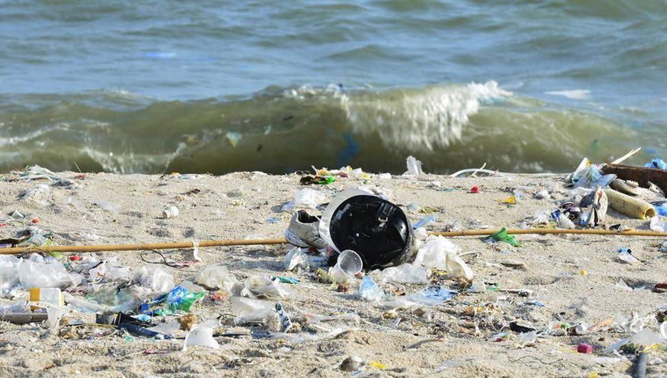 La contaminación en las playas afecta al medioambiente y pone en riesgo la salud de las personas.