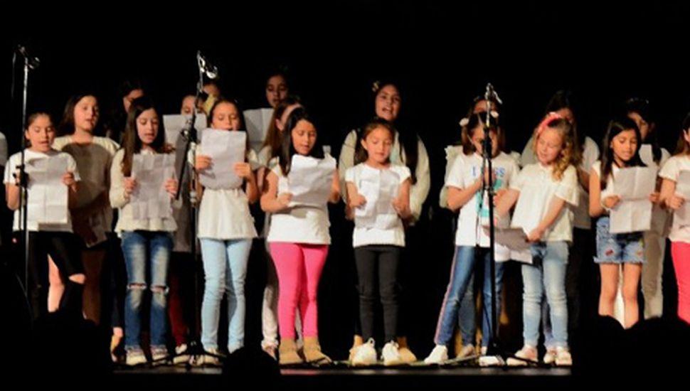 Alumnos de la Escuela Primaria Nº 35 y de la Escuela de Estética sobre el escenario.