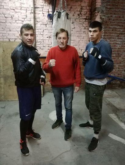 """Leopoldo """"Polo"""" Rodríguez con dos de sus pupilos: a sus 74 años sigue yendo todos los días al gimnasio."""