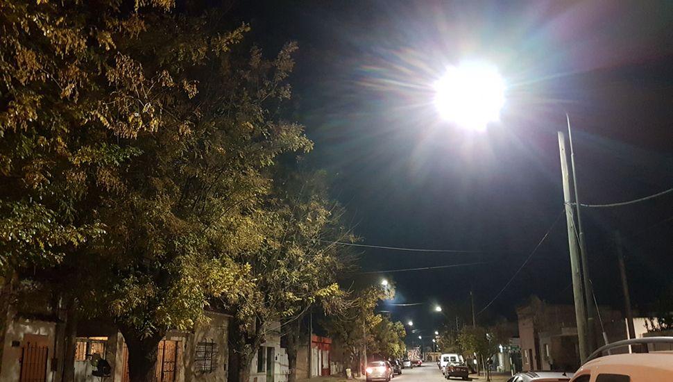 """Luces LED en Siria y Borges, en Barrio Belgrano. Los vecinos están satisfechos y comentaron a este diario que, con el cambio, """"parece de día""""."""