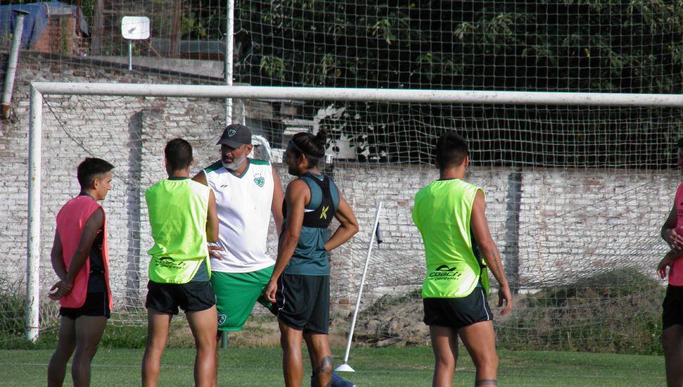 Iván Delfino, conversando con sus futbolistas.
