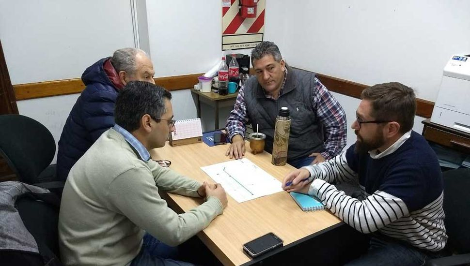 Directivos de EDEN junto a miembros de la sociedad de fomento del barrio El Picaflor.