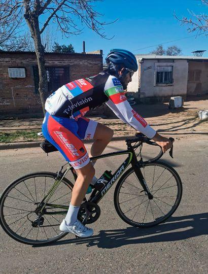 Facundo Olaf Crisafulli pedaleando y soñando con la rápida vuelta a las competencias.