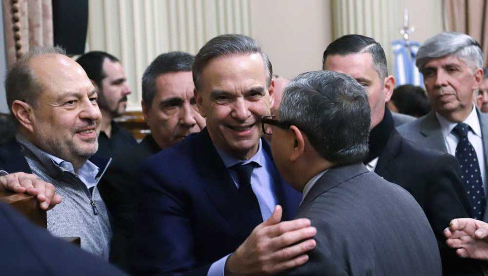 El senador Miguel Pichetto, ingresando al salón donde brindó una conferencia de prensa.