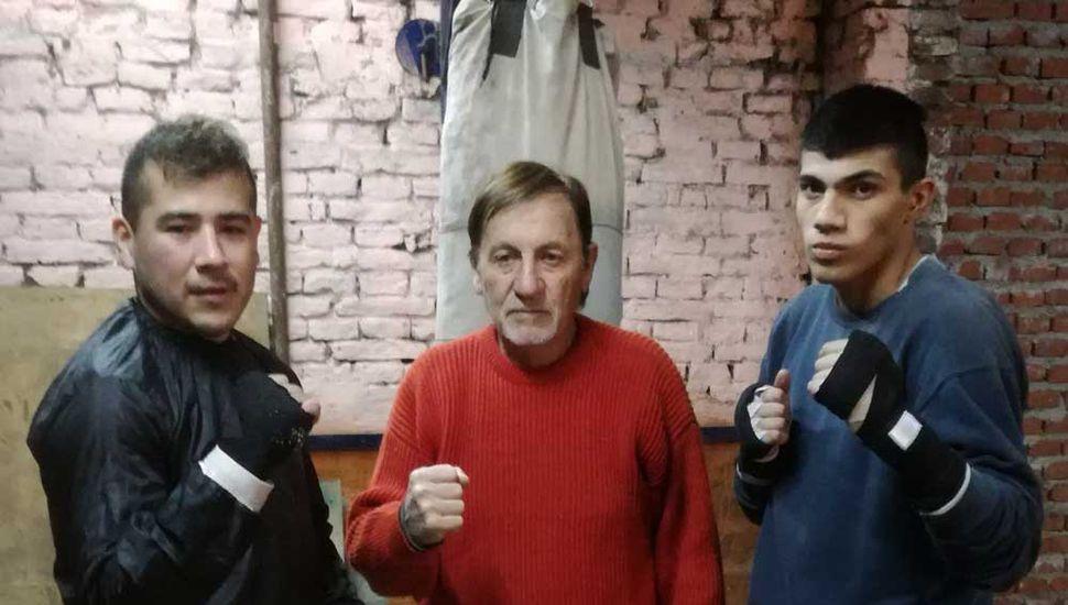 """Polo"""" Rodríguez con dos de sus pupilos: Con 74 años, sigue yendo todos los días al gimnasio."""