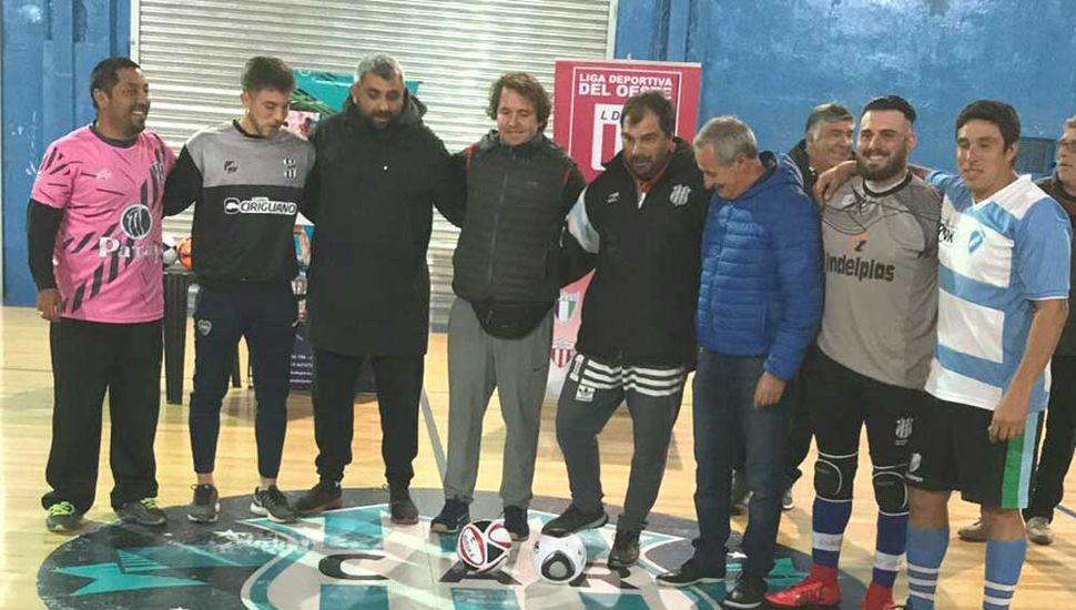 El presidente de la liga, Claudio Yópolo y jugadores al dar el puntapié inicial.
