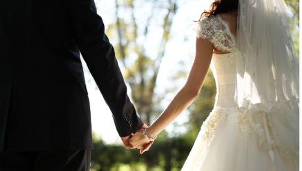 Eran los padrinos del casamiento, el sacerdote se confundió y los casó