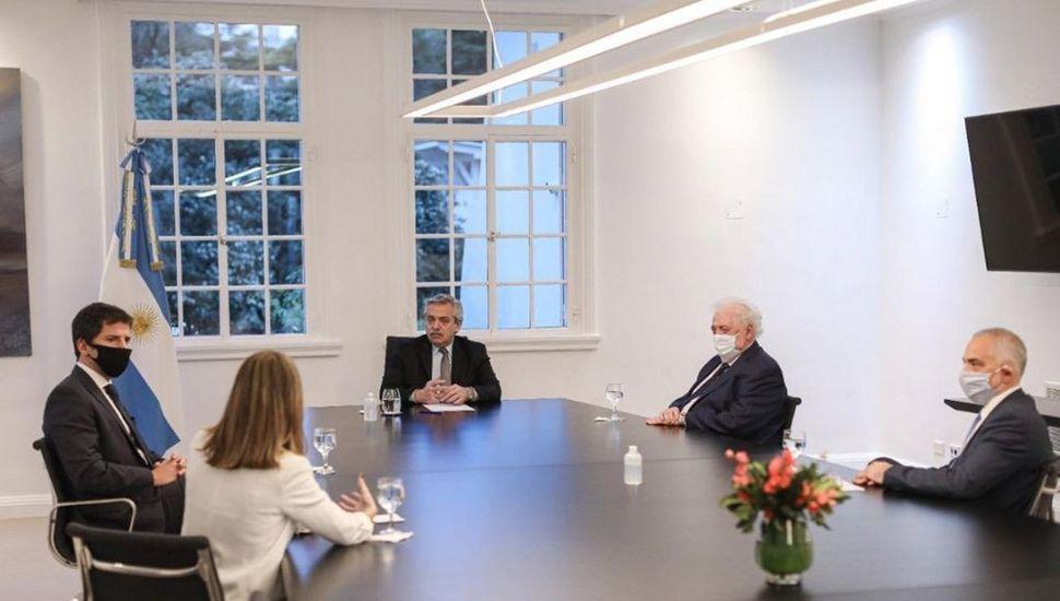 Fernández se reunió con directivos de la farmacéutica AstraZeneca.