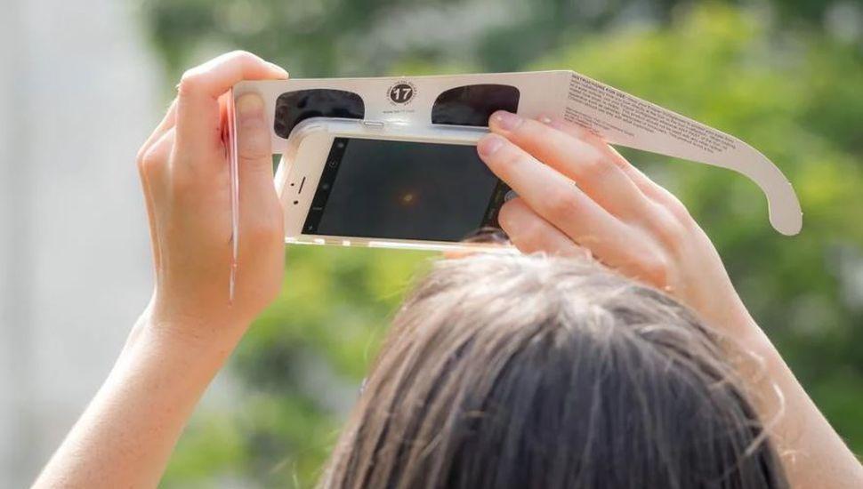 Por qué sacar fotos con el celular durante el eclipse puede dañar tu equipo