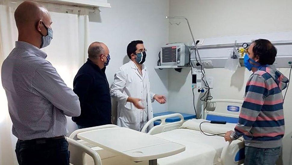 Fiorini, Guerrera, Pittorino y Zavatarelli durante la recorrida de la nueva habitación de terapia intermedia.