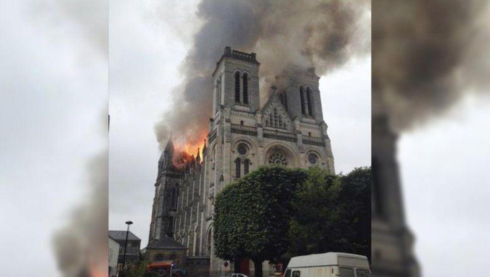 Se incendió la catedral gótica de Nantes