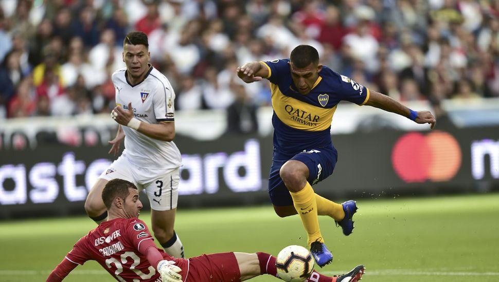 """Ramón """"Wanchope"""" Ábila elude a Adrián Gabbarini y marcará el primer tanto de Boca Juniors en Quito."""