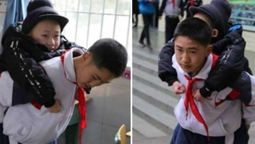 Un nene lleva a caballito a su amigo discapacitado todos los días a la escuela
