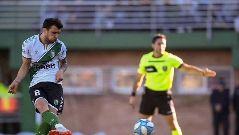 Nicolás Bertolo remata el penal que sería el único gol del encuentro.