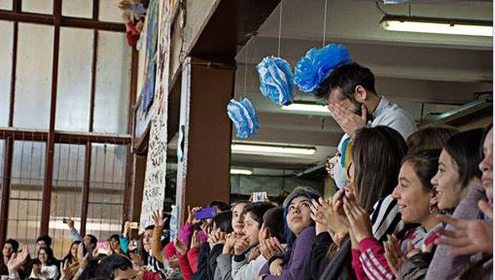 Video: un profesor se emociona cuando sus alumnos interpretan el himno con lengua de señas argentina