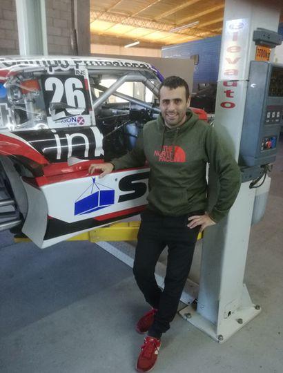 Gabriel Ponce de León trabaja en el taller con su padre y su hermano preparando el auto con el que corre en TC.