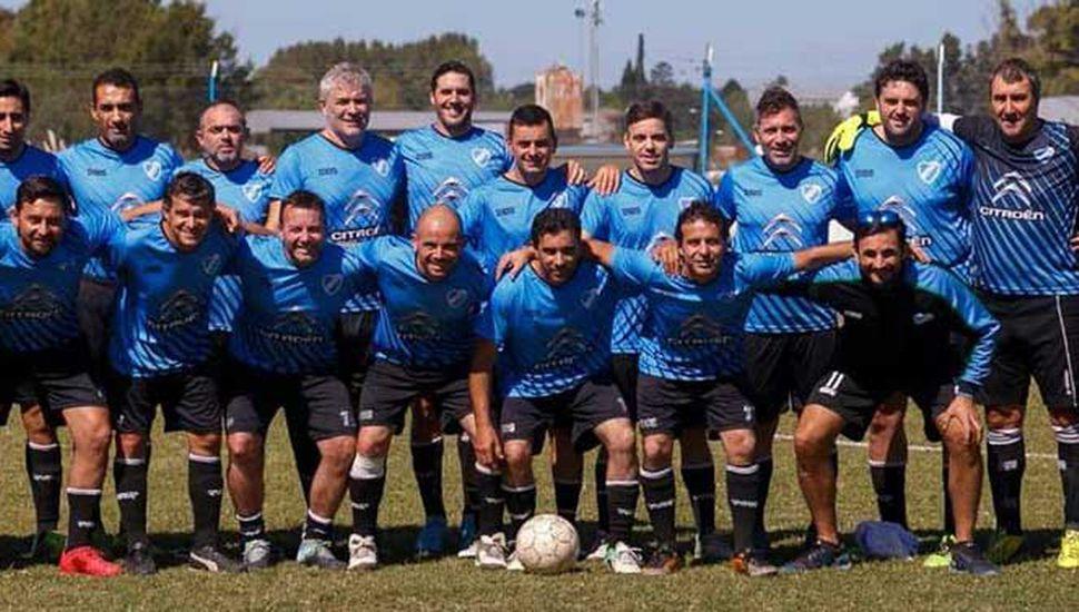 El plantel de fútbol Seniors del Club Atlético Defensa Argentina de Junín, rival el domingo de B.A.P., en cancha de Origone de Agustín Roca.
