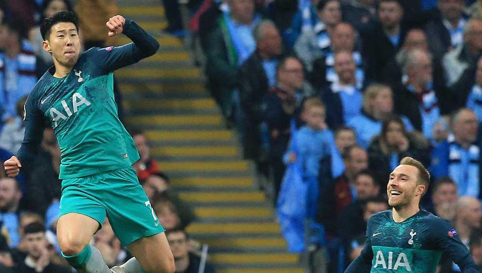 El delantero surcoreano del Tottenham Hotspur, Son Heung-Min, celebra el segundo gol de su equipo, que eliminó al Manchester  City.
