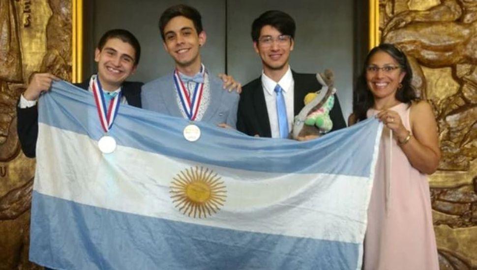 Tiene 18 años, es argentino y ganó una medalla de oro en las Olimpiadas de Química