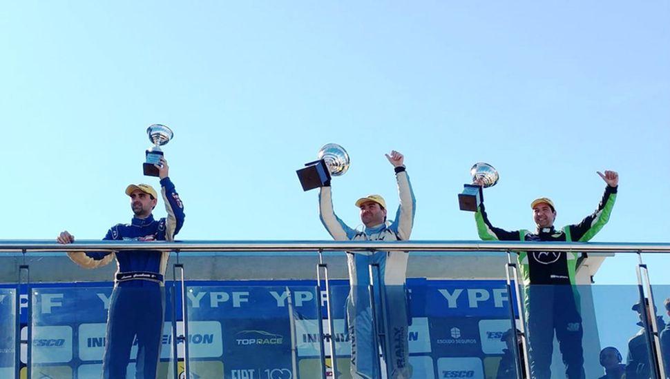 Gambarte (izquierda) festeja en el tercer lugar del podio del Junior.