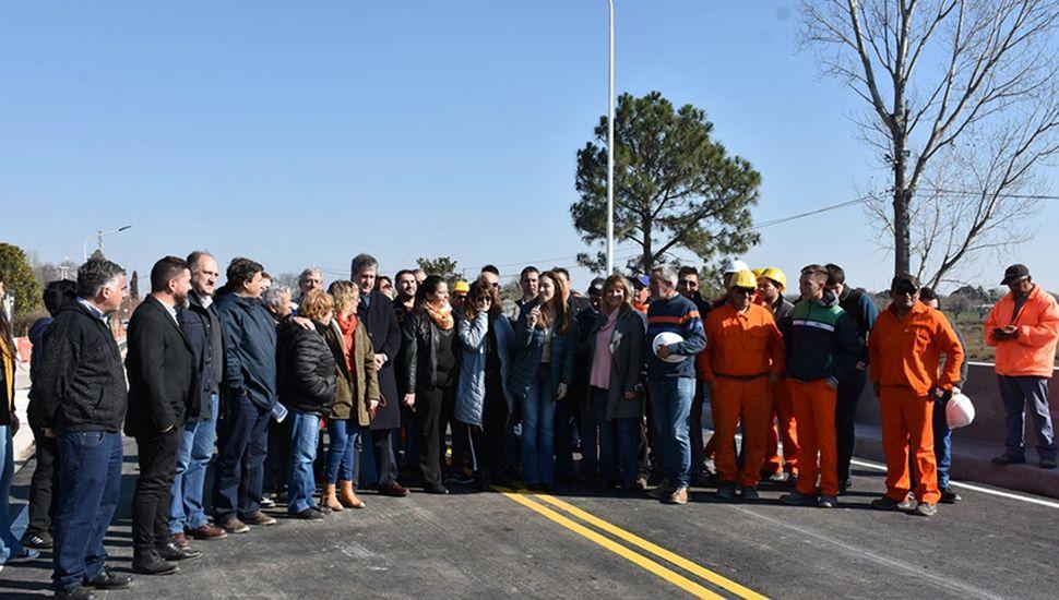 Autoridades en la habilitación del puente reconstruído.