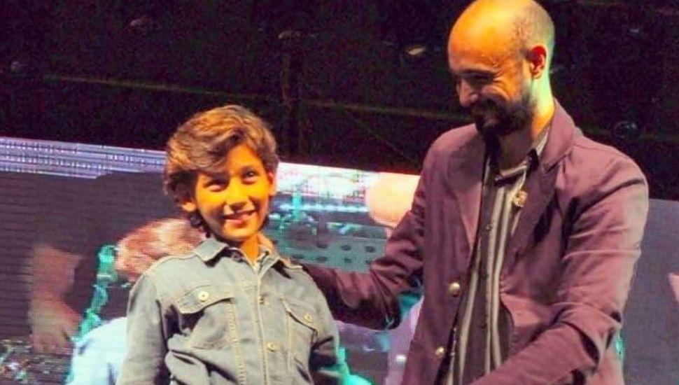 Simón, el niño que cumplió el sueño de cantar con Abel Pintos