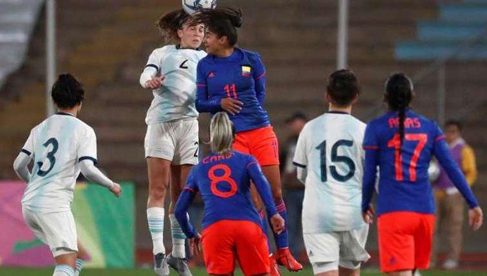 El seleccionado femenino de la Argentina debió conformarse con la medalla de plata tras perder por penales ante Colombia