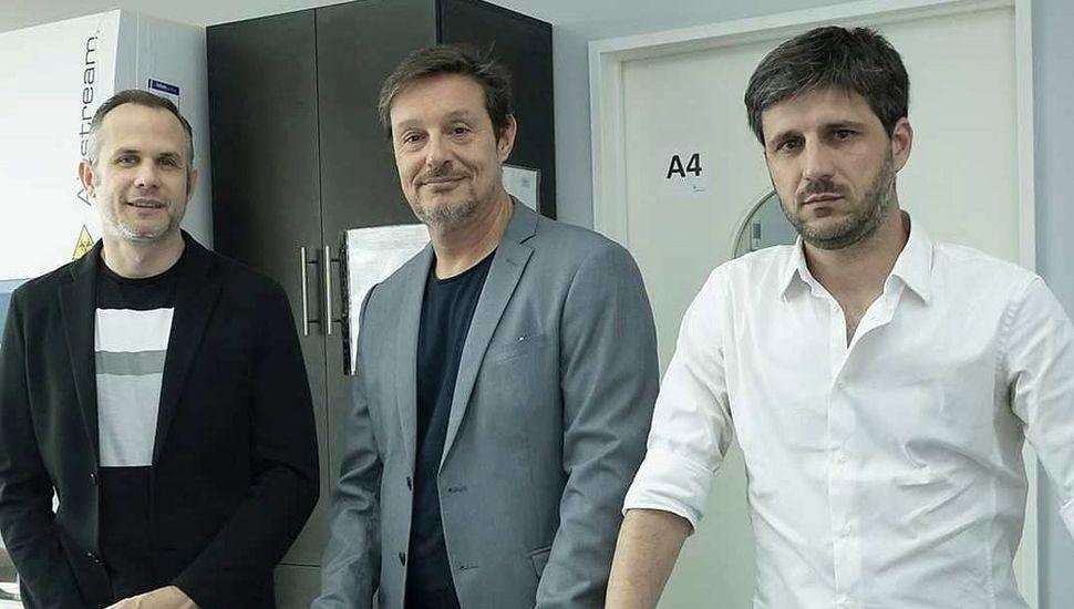 El doctor Andrés Eduardo Ciocchini (derecha) junto a otros participantes del exitoso proyecto científico para detectar rápidamente el virus del Dengue.