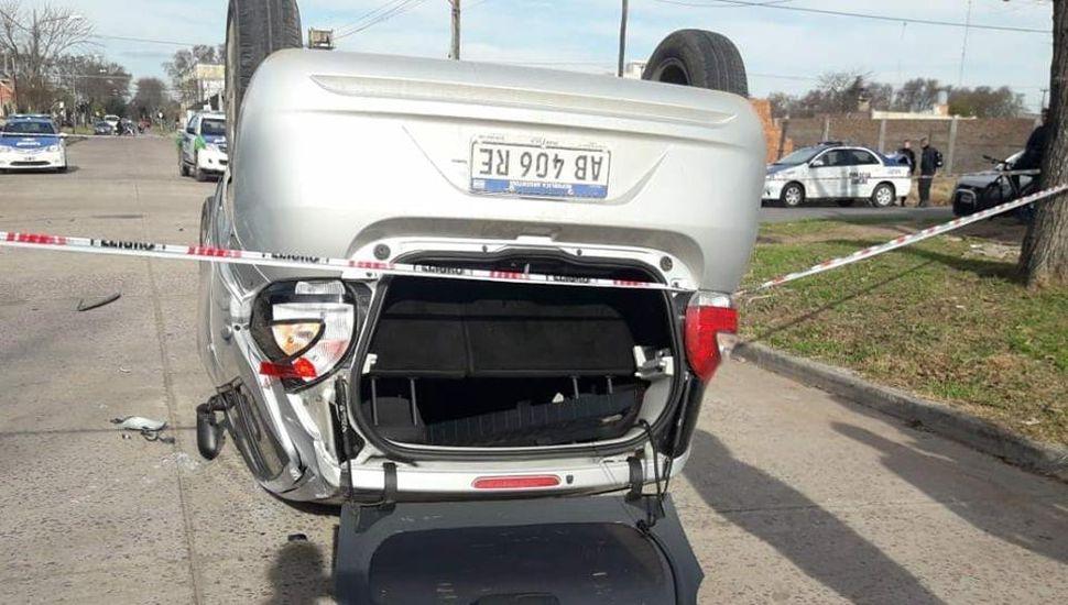Volcó un auto en calles Italia y Cichero