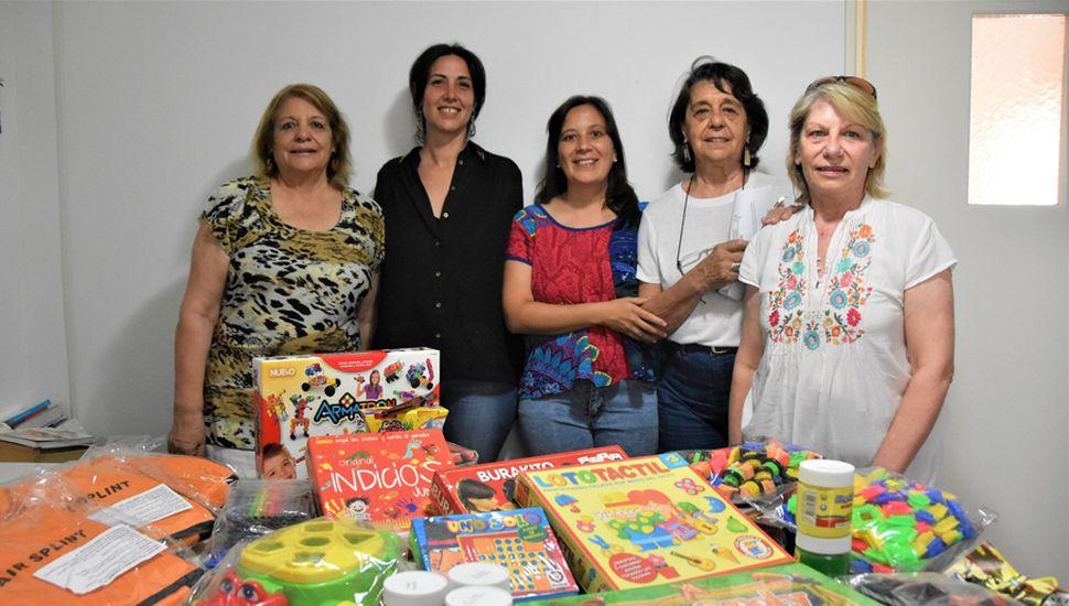 Miembros de Cooperadora hicieron entrega de los materiales.