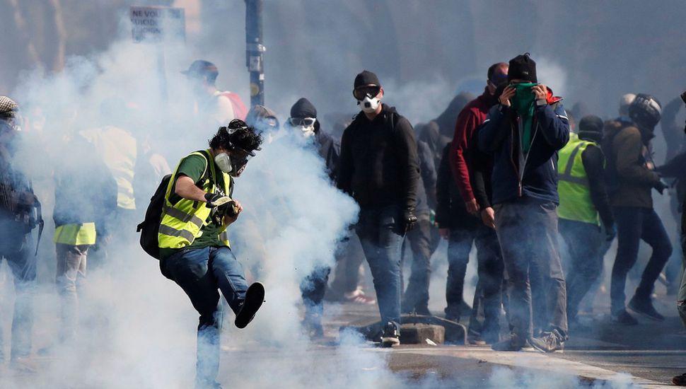 Miles de personas se movilizaron contra las políticas económicas del presidente Emmanuel Macron.