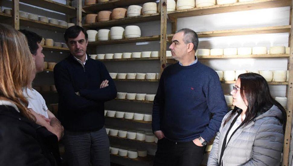 """Bullrich en el tambo """"La Trinidad"""", donde actualmente se elaboran quesos."""
