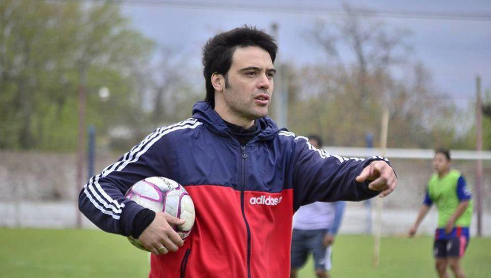 Santiago Dos Reis, el ex jugador de Sarmiento en su nuevo rol de entrenador.