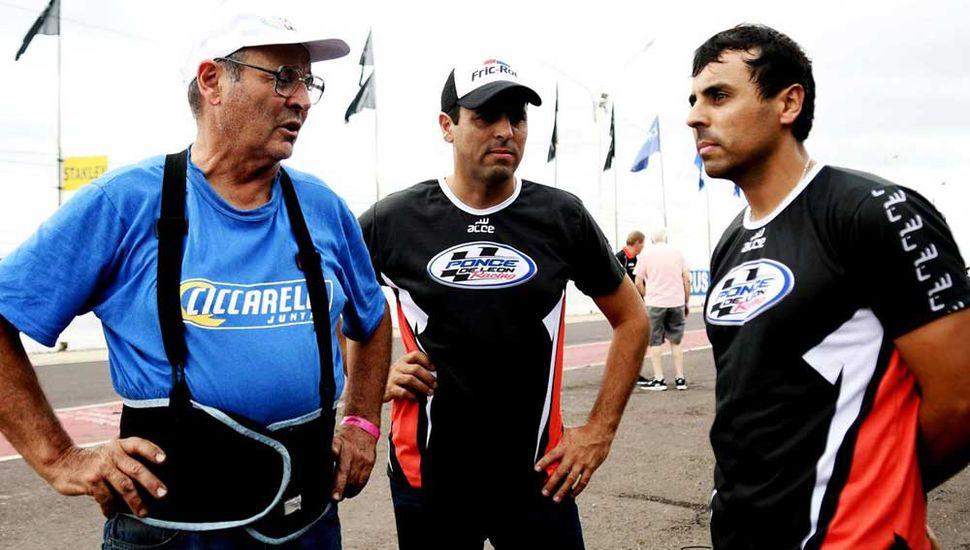 Gabriel Ponce de León (centro) junto a su padre, Roberto, y a su hermano, Mariano, integrantes del equipo del piloto juninense.